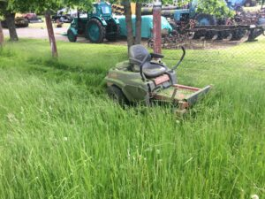 Ülekasvanud muru niitmine